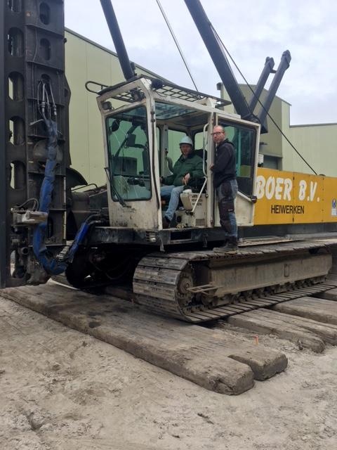 De nieuwbouw in Veen is begonnen, Eddy slaat de eerste paal